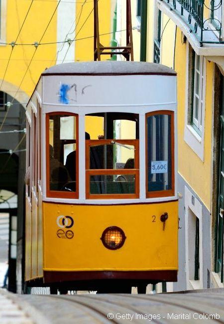 Toute la topographie de Lisbonne incite à prendre de la hauteur sur les innombrables miradors qui s'ouvrent sur l'étendue marine. Le symbole de cette architecture naturelle ? Le tram 28 ! La vieille machine jaune se tortille entre les ruelles pavées des quartiers de Baixa en passant par l'Alfama et le quartier du Chiado.
