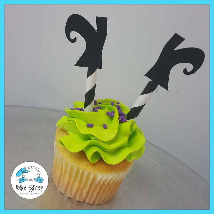 Halloween Witch Shoes Cupcakes.. So cute and fun! Great party snack or kids cooking project!