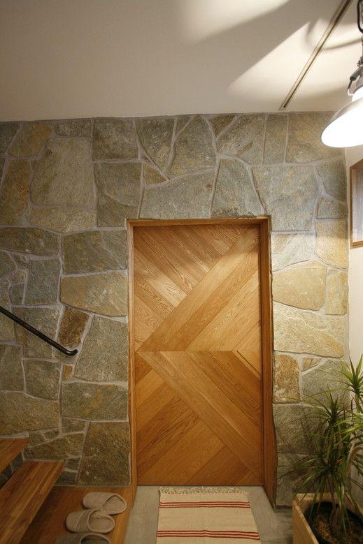 床材の石タイルを貼って質感を出した壁、そして扉の雰囲気。soup.house -オープンハウス- – 名古屋市の住宅設計事務所 フィールド平野一級建築士事務所