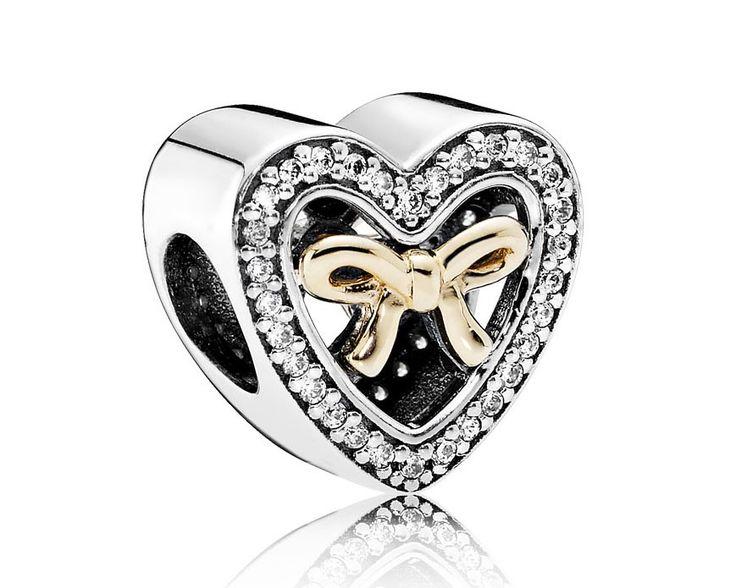 Pandora Bedel Zilver-goud 'Bound by Love' 791875CZ. Zilveren 'limited edition' hartbedel met een gouden strik middenin de bedel. De bedel is omrand met zirconiasteentjes. Een liefdevolle bedel, prachtig cadeau om uiting te geven aan je liefde. Ook geschikt als cadeau voor Valentijn, Moederdag of Kerst. https://www.timefortrends.nl/sieraden/pandora/oorbellen.html