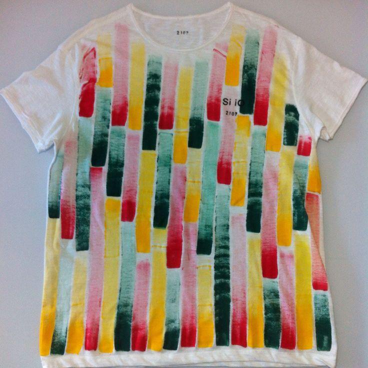 T-shirt Si iO dipinta a mano. Tutti i capi Si iO sono unici e inimitabili, ogni tshirt ha il suo numero identificativo per renderla ancora più esclusiva! Unica per te! #siio #tshirt #canotta #moda #donna #fashion #madeinitaly #dipintaamano #siiotshirt #followus