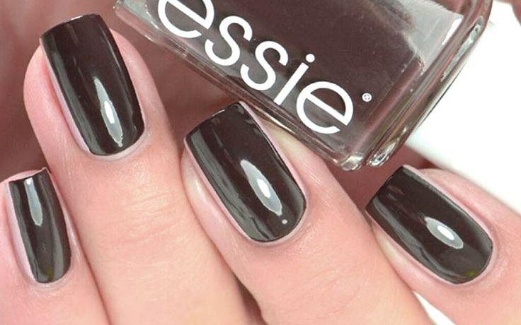 Heb je van jezelf korte nagels, maar wil je ze graag wat langer doen lijken voor de feestdagen? Je nagels langer laten lijken doe je zo!