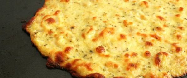 Ingredientes:  - 1 xícara de couve-flor crua moída (pode ser feito com o ralador ou processador)  - 1 ovo OU 2 claras  - 1 xícara de queijo mussarela ralado  - 1 colher de chá de orégano desidratado  - 1 colher de chá de salsinha desidratado  - 1 colher de chá de manjericão fresco  - 1 tomate cortado em fatias  - Queijo mussarela em fatias  - Azeite de oliva  - Adicione que desejar: cebola, pimentão, ovos, azeitona, cogumelos, tomate seco, abacaxi