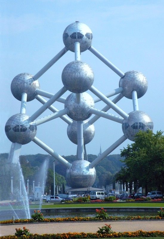 The #Atomium before its renovation.  #bruxelles #brussels #brussel #expo58 #58 #worldfair #architecture #architectuur #fifties #atomic #atomicage #spaceship #tube #sphere #stairs #design #top #art #kunst #landmark #googie #midcenturymodern #midcentury #retro #atom #coninx #restauration #renovation