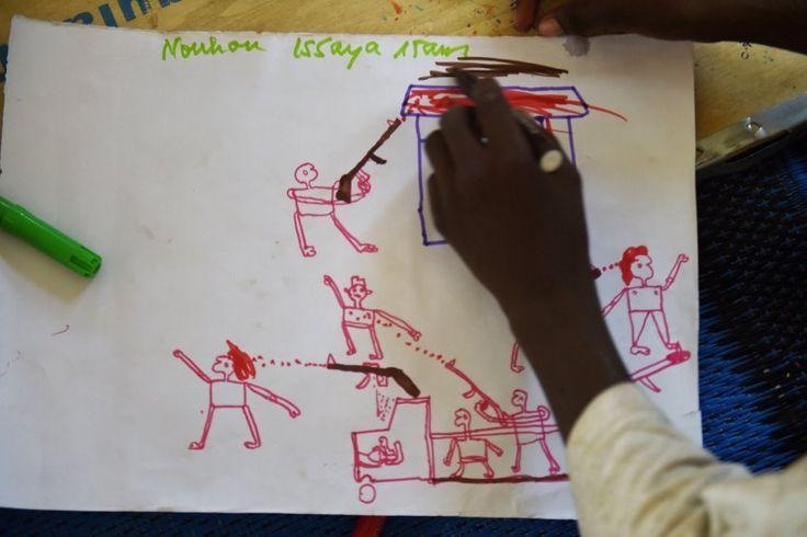 Die Kinder malen blutige Gesichter, kopflose Körper und brennende Häuser. Die meisten von ihnen sind vor der Gewalt in Nigeria in den benachbarten Tschad geflohen.