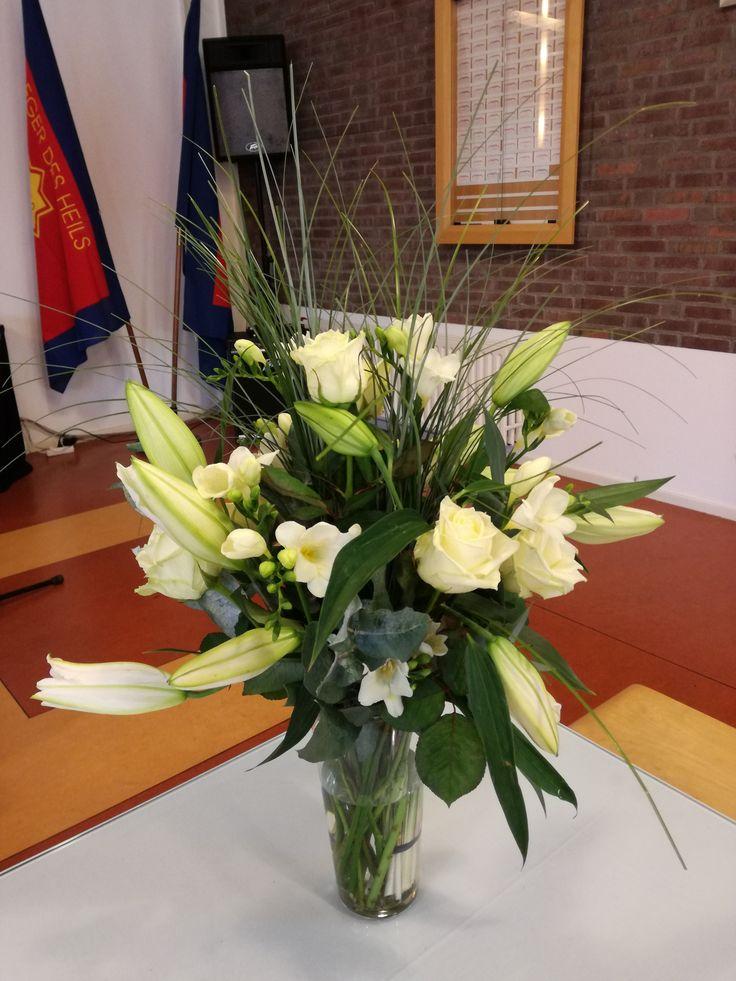 Efeze 2:4,5 De witte rozen staan voor de onvoorwaardelijke liefde van God. Het gras de vergankelijkheid van het leven. De witte lelie, de genade van god. De fresia. Het vertrouwen wat we hebben in onze hemelse vader. De bloem die ook haar geur verspreid. Ons getuigenis wat we door geven. De eucalyptus, het dienstbaar zijn in het leven naar de ander toe.