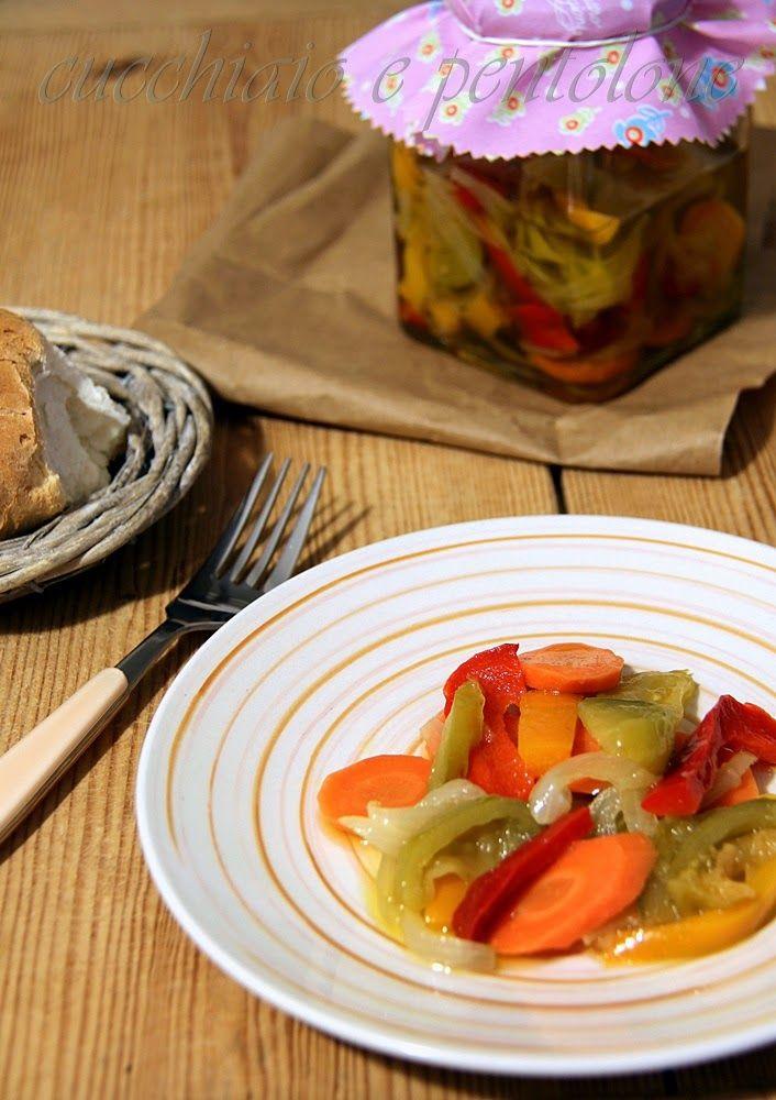 GIARDINIERA 1kg cipolle-1kg pomodori verdi-1kg peperoni gialli e rossi-500g carote-60g sale grosso-350g zucchero-1/2l aceto bianco-1/2l olio evo-affettare le verdure, separate, mettere sul fuoco una pentola con aceto,zucchero,sale, quando bolle cuocere le verdure x3 min iniziare da cipolle poi peperoni, pomodori e carote. scolare col ragno,mettere in uno scolapasta 2 ore,riporle nei vasi con olio a coprire, chiudere i vasi e sterilizzare 20-25 min.si può fare 4 min cottura di peperoni e…