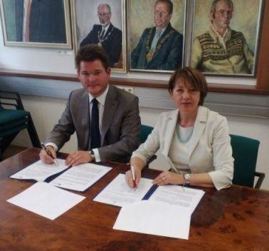 L'Università di Udine e l'Università di Klagenfurt hanno sottoscritto una lettera d'intenti per rafforzare e rendere più attrattiva la qualità e la portata internazionale dell'alta formazione e della ricerca nel territorio dell'Euroregione. L'accordo è stato firmato oggi nella capitale carinziana dai due rettori, Cristiana Compagno per Udine e Oliver Vitouch per Klagenfurt.