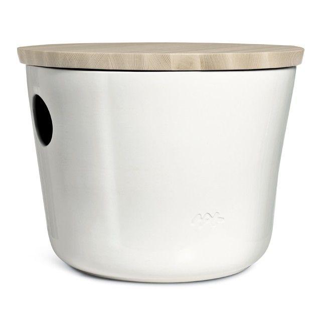 Unit Møbel Lav Hvid   Unit er en serie af multifunktionelle møbler i to størrelser og to farver. Unit-serien kan bruges i alle rum og nydes af både store og små. Brug for eksempel Unit som bord den ene dag og som skammel den anden. Unit i hvid er et helt stilrent og meget elegant møbel, hvor et smukt møde mellem de nordiske materialer, keramikken og træet, opstår. Brug det lave Unit-bord alene eller sæt det sammen med de andre borde i serien.