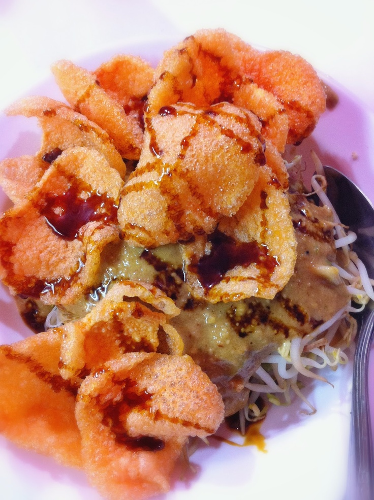 Ketoprak: consists of tofu, bean sprouts, green beans and rice noodles. The sauce is made from ground peanuts, palm sugar, garlic, sweet soy sauce, chilli (optional), seasonings and a little water to thin it slightly. No ketoprak is complete without kerupuk (crackers) and a little extra drizzle of sweet soy sauce.