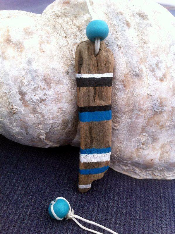 Questo è un bellissimo, dipinto a mano spiaggia driftwood ciondolo, trovato presso la bellissima isola di Santorini e realizzato da me. È minima, con strisce neri - turchese - bianche dipinte su di esso. Ho usato perline di legno cavo e turchese cera bianca per limpiccagione. È un gioiello di spiaggia originale, con il tocco delle isole greche. La lunghezza del pezzo driftwood è 2 1/2(69 mm), mentre la lunghezza totale compreso il cavo è di 17 (43 cm). Le foto rappresentano il ciondolo…