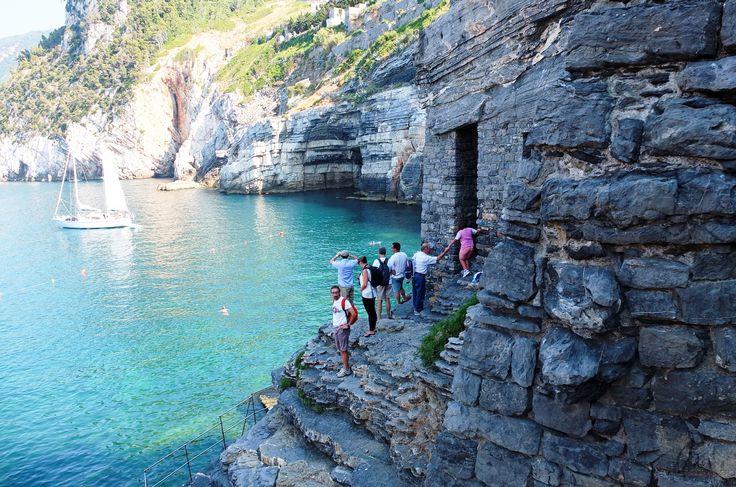 真っ青な海とゴツゴツとした崖の対比が楽しめるのも、ポルトヴェーネレの魅力。