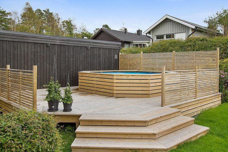 """Pooldäck, bygga däck i två nivåer. I sluttning. Det lägre för """"poolen"""" och högre runt."""