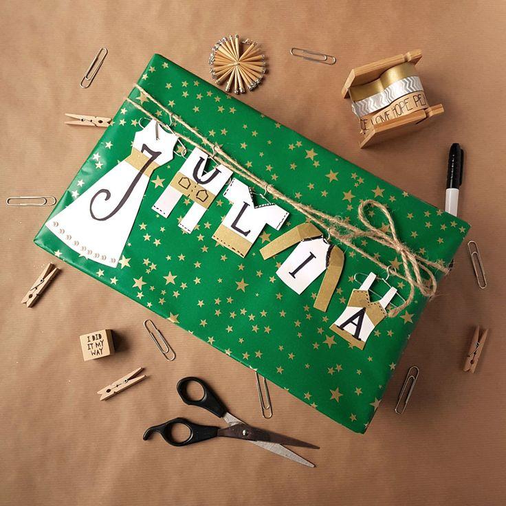 kreatywne pakowanie prezentów [creative gifts wrapping - clothes and hangers]
