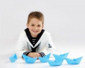niño de comunion con barcos