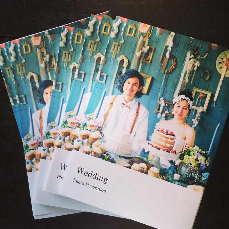 写真展のウェディングBOOK完成💙💜💗 ・ 空間や色、ヘアメイクや、小物づかいなど 参考にしていただければ嬉しいです📘📗📕 ・ 1着のシンプルなウェディングドレスで ここまでアレンジが出来るというのも楽しんでもらえたら👗✨ ・ ・ ・ 〜JUNE BRIDE Decorations〜 ・ 6月の花嫁に贈る、ウェディングデコレーション写真展 ・ Cinderella Decorationによる ウェディング空間&ドレスが織りなす世界観をお楽しみください ・ 開催期間 2016年6月2日(木)〜6月30日(木) 場所 sweets café O'CREPE 那覇市松尾2-6-12 2階 ※営業時間 11時〜17時半L.O. 水曜、第2・第4火曜定休 ・ ==================== Model @ayukakajiwara @so_south  Photo @macoty_n Hair&Make @aco1300  Dress @mijujujus Produce Cinderella Decoration WAKAKO @cinderelladecor…