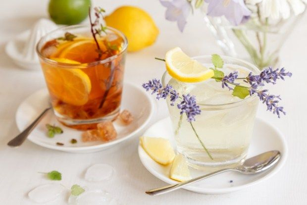 Osvěžte se domácím ledovým čajem. Připravovat ho můžete za studena i za tepla. Jak na to, vám poradíme na blogu. Vyzkoušeli jsme přitom rychlovarnou konvici Concept, která podle teploty vody mění barvu.