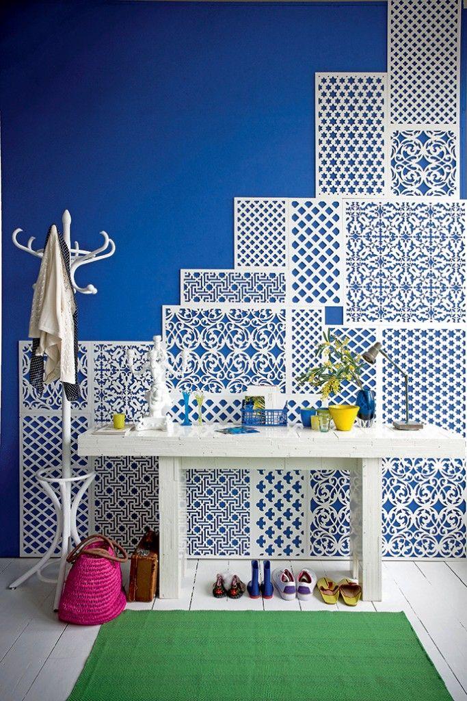 Идеи по оформлению стен Стены выкрашены однотонной краской, но поверх приклеены ажурные вырезки из тонкой фанеры