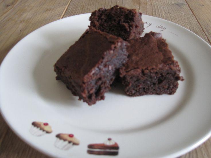 Dit is het recept voor heerlijke kleverige brownies. Goede chocoladesmaak en lekker smeuig van binnen! Kijk snel voor het recept!