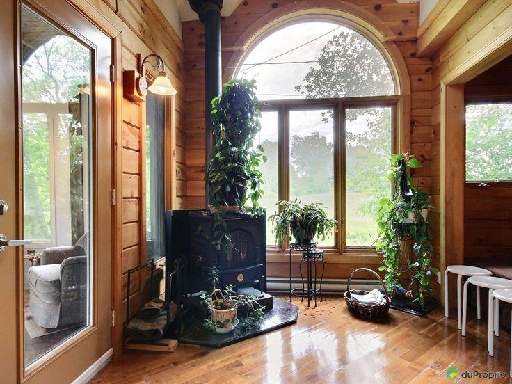 Magnifique foyer de chalet devant une superbe fenêtre très beau chalet en bois