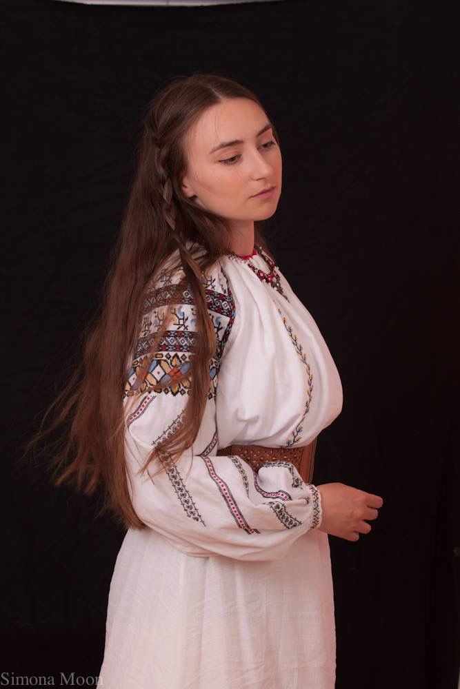 Simona Niculescu wearing a traditional Romanian blouse, made by herself, from Bucovina. Photo by Radu Niculescu  #lablouseroumaine #semnecusute
