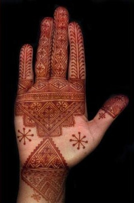 I'm so amazed by the intricate details of this Moroccan henna design.