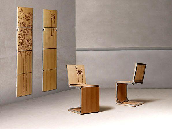 Bei Bedarf Nimmt Man Einfach Ein Bild Von Der Wand Und Klappt Es Zum Stuhl  Zusammen