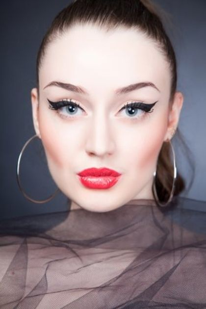 Makijaż Andrzejkowy powinien być perfekcyjny, więc jeśli nie lubisz odważnych propozycji postaw na klasykę. #makijaż #eyeline #lips #makeup