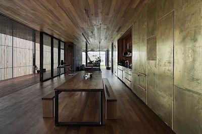 Povrchová úprava čelních panelů úložných prostorů v kuchyni je řešena jako imitace leštěného betonu.