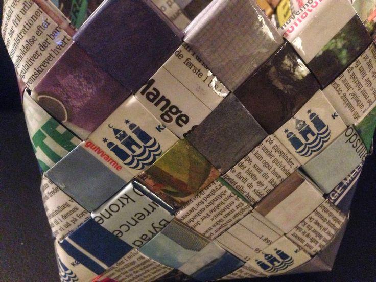 Afskedsgave // kurv der er flettet af avispapir og logoer fra København  Gave farvel afsked recyklisten unika flet candywrapper basket avis papir genbrug recycle upcycle bæredygtig Kbh logo