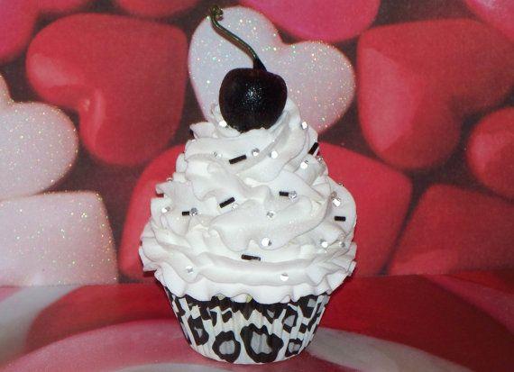 Gefälschte Cupcake-Kreationen bietet eine ursprüngliche gefälschte Cupcake. Dieser ist einfach herrlich! Ich Matt es in ein Schneeleopard