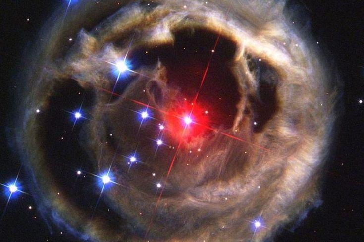 """Se esta previsão estiver correta, então pela primeira vez na história os pais serão capazes de apontar para um a área escura no céu e dizer: """"Olhem, crianças, há uma estrela se escondendo ali, e logo ela irá ascender"""". O Reitor Dean Matt, da Faculdade Calvin, mencionou sobre a descoberta de um de seus professores numa liberação de imprensa. Vindo logo para uma região do céu próxima a você… duas estrelas que fazem parte de um sistema binário irão colidir entre si e criar uma nova estrela que…"""