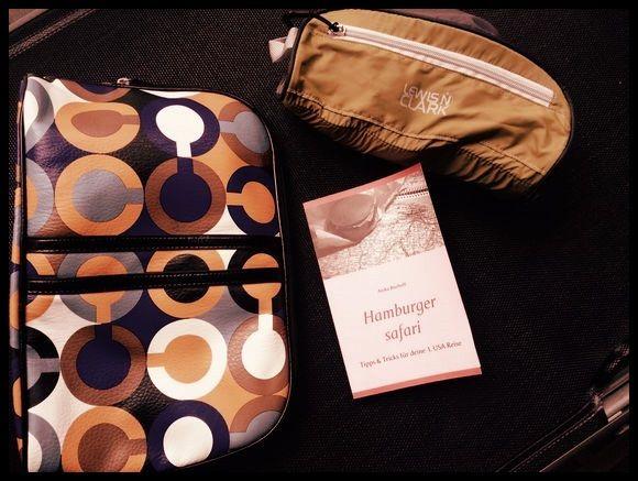 """Kofferpacken und Gewicht sparen ist das """"A"""" und """"O"""", erst recht für den USA-Urlaub, Links sehen wir eine schöne Kosmetik/Kulturtasche. Sie wiegt 222g. Rechts sehen wir eine ultraleichte Tasche mit nur 58g! Spart Gewicht, durch gute Taschen und weniger """"Krims Krams"""". Ihr wollt mehr wissen? Jetzt """"Hamburger safari Tipps & Tricks für deine 1. USA Reise"""" bestellen. Das Buch für den #USA Fan! #reise #urlaub #amerika #tipps (c) Anika Bischoff www.hamburgersafari.de"""