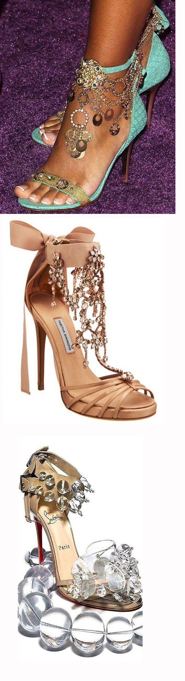 Представляю вашему вниманию подборку вечерней обуви с необычным декором. Я искала модели, украшенные таким образом, чтобы при небольшом рукодельном опыте это было легко повторить самостоятельно — обновить надоевшие туфли, или просто пофантазировать с украшением старой обуви, которая еще способна обрести новую жизнь. Вспомнила я об этом потому, что Новый год приближается, а ведь новогодняя ночь —…