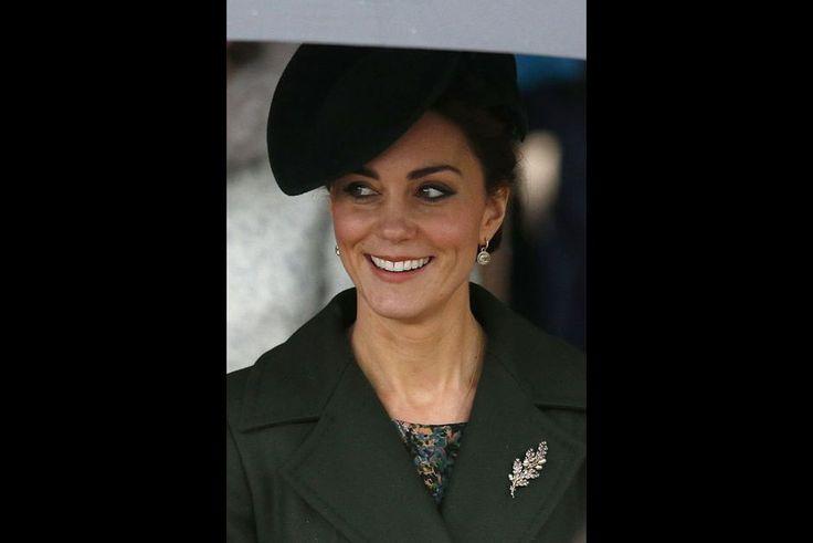 The British Royal Courts: Un Noel pluvieuse   Comme chaque année la famille royale britannique a réuni le 25 Décembre autour de Sa Majesté la reine Elizabeth II pour assister à la messe de Noël à l'église de Sandringham. L'occasion pour nous de revenir aujourd'hui sur le regard du souverain mais aussi ceux de la duchesse de Cambridge les princesses Eugenie et Beatrice d'York duchesse de Cornouailles Camilla Sophie comtesse de Wessex la princesse Anne et Sarah Armstrong-Jones. Pour près de 90…