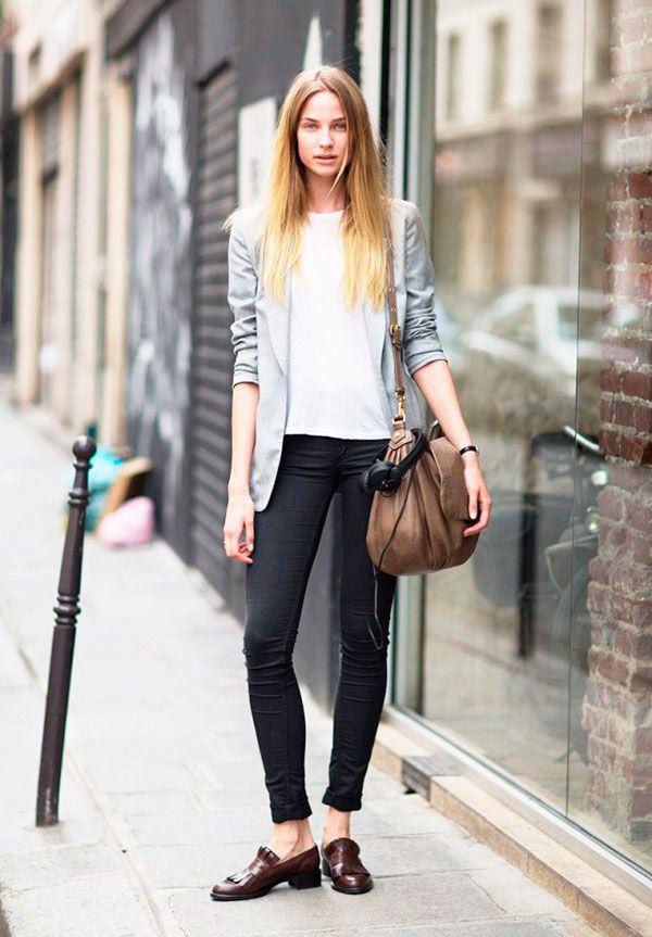 Você não precisa de uma infinidade de peças no seu armário para sair estilosa por aí, as vezes elementos básicos são mais que suficientes. como nesse look de camiseta, calça skinny preta, blazer cinza e oxford molinho.