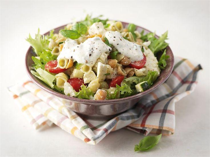 Pasta-pestosalaatti - Pestolla saat ruokaisiin pastasalaatteihin ihanasti makua. http://www.valio.fi/reseptit/pasta-pestosalaatti/
