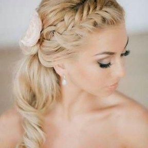 Voor bruiden met lang haar (of met behulp van extensions) blijft de trend van het invlechten voorlopig nog wel aanhouden. En groot gelijk! Want het ziet er toch prachtig uit. Een professioneel gevl…