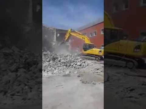 betonarma binanın büyük kepçe ile yıkımı