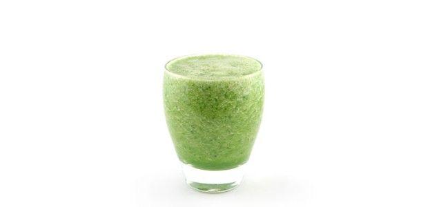 Komkommer paksoi banaan smoothie.Snijd de komkommer in stukken en doe deze in de blender.  Pluk de bladeren van de 1/2 paksoi en scheur deze in stukken. Voeg die toe aan de komkommer.Doe er een geschilde banaan bij en knijp de limoen uit boven de blender.Voeg als laatste de hand vol met munt toe en een groot glas water. Blend het geheel tot een egale smoothie.Mocht het warm weer zijn dan is het altijd lekker om een paar ijsklontje toe te voegen.