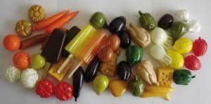 I due set dei cibi in miniatura,SET 1 aglio, arancia, banana, carciofo, carota, castagna, cavolfiore, cipolla, fico, finocchio, formaggio, fragola, gelato, ghiacciolo, limone, melanzana, pane (rosetta), peperone, pollo, pomodoro, prugna, salame. SET 2 bistecca, brioche, certriolo, cipollotto, fungo, mortadella, melone, mela rossa, mela verde, nocciola, noce, noce di cocco, pane (filone), pannocchia, pesce, piselli (in baccello), uva bianca, uva nera, uovo, wurstel, zampone, zucca