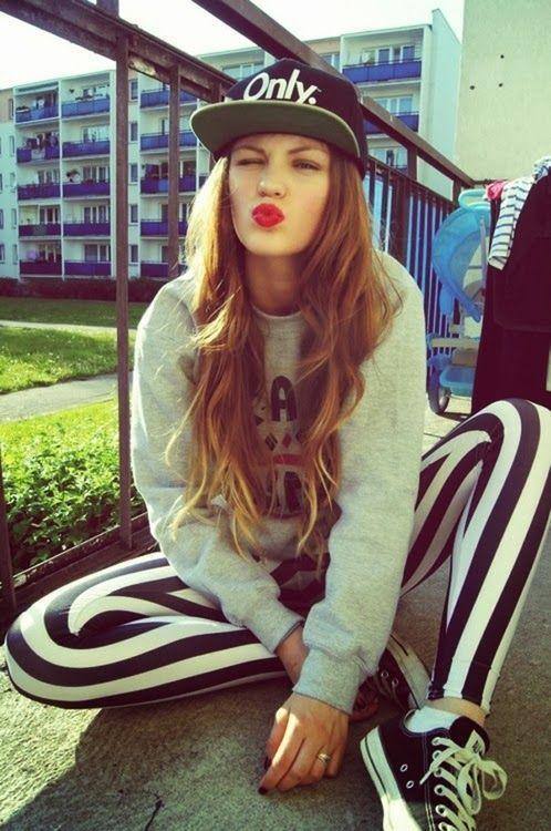 Met een sweater en sneakers voor die complete sportswear look - geef je look in dit geval een vrouwelijke toets met wat rode lippenstift (ELLE.be)
