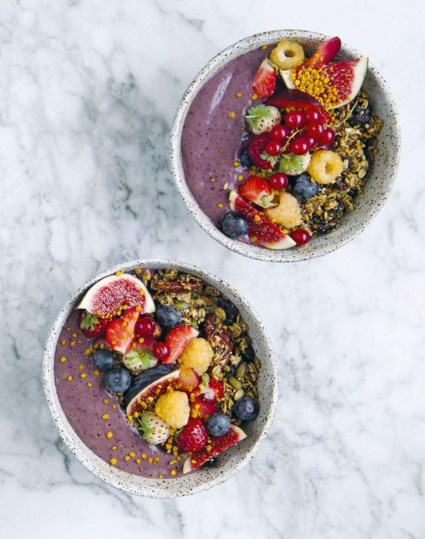 Spinaziesmoothie met blauwe bessen, seizoensfruit, pecangranola en gemengde zaden