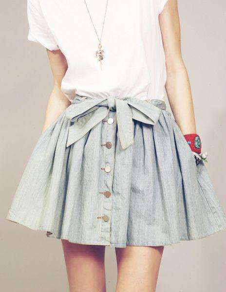 Le t shirt blanc rentré dans une jupe en jean évasée ? On adore (surtout avec le noeud autour de la taille)