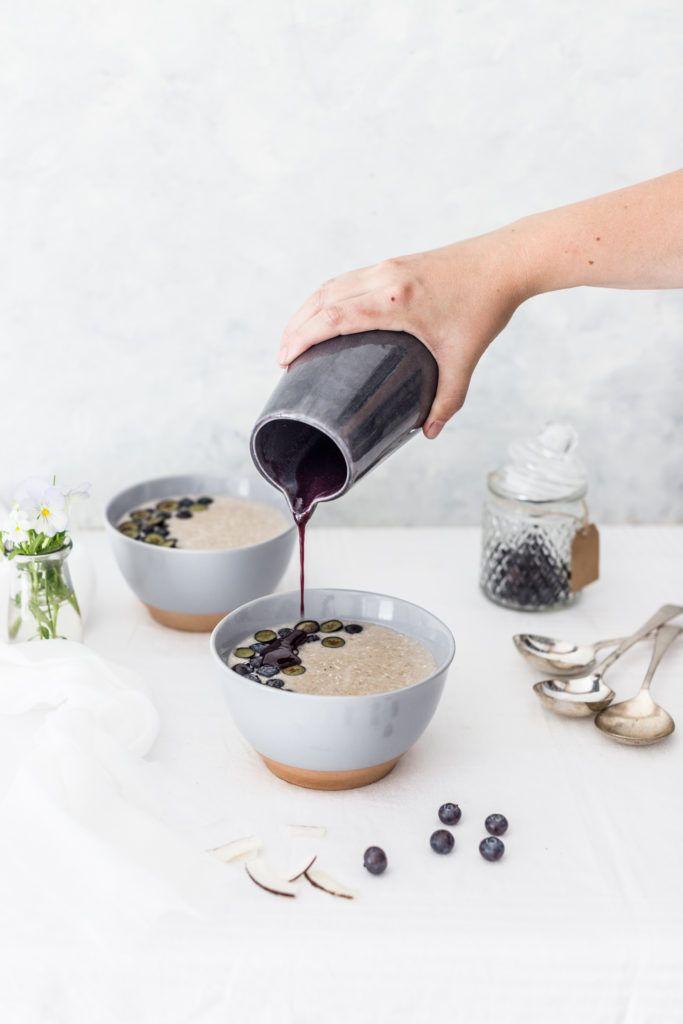 Coconut oat porridge with blueberry sauce / Kokosovo – ovsená kaša s čučoriedkovou omáčkou