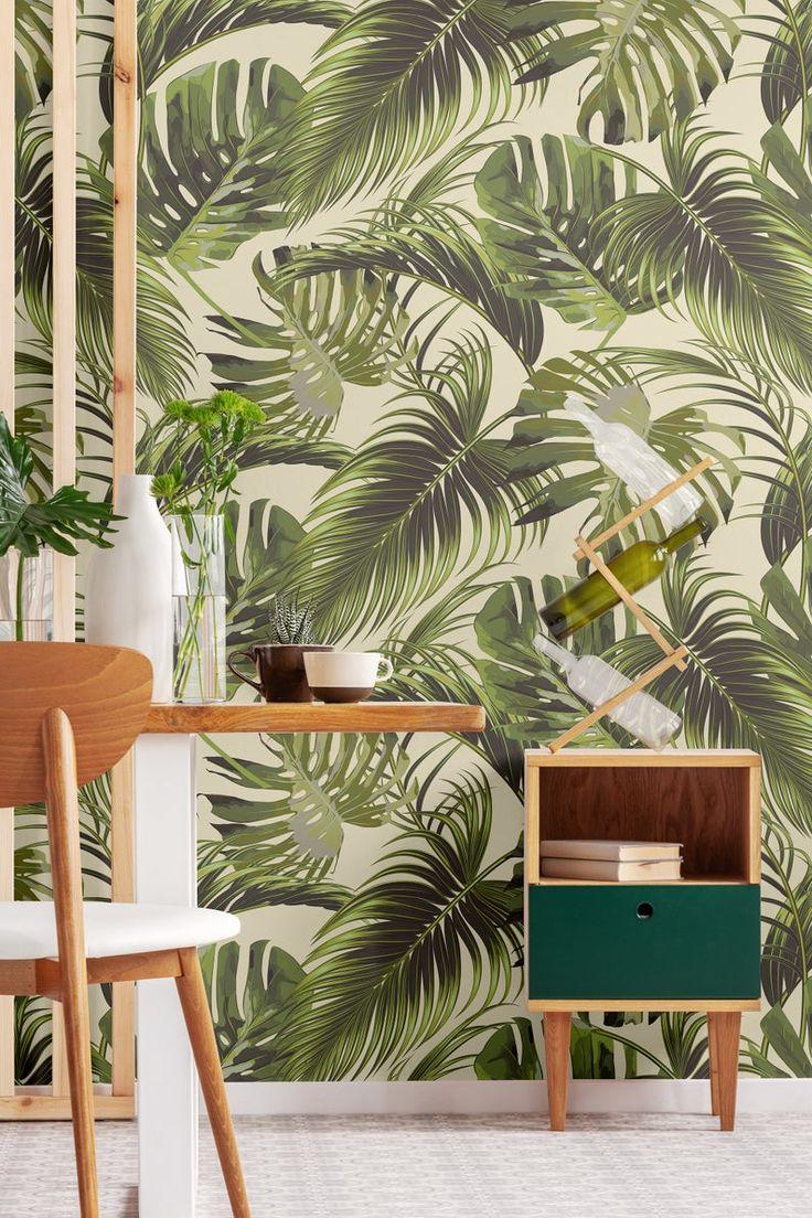 Tapete mit olivgrün glänzenden Monstera und Palmblätter