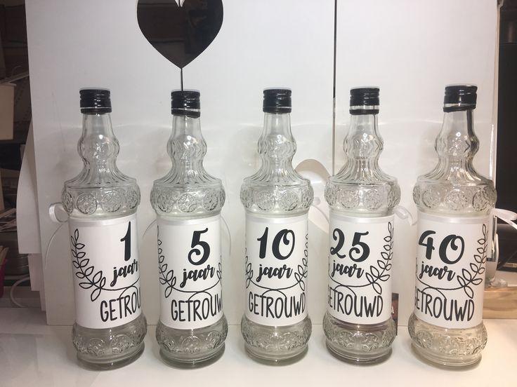 Brieven-wens-flessen 1 jaar, 5 jaar, 10 jaar, 25 jaar en 50 jaar gemaakt voor cadeau-bruiloft!