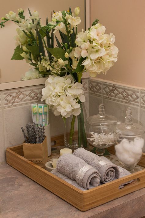 Flores blancas y altas y toallas de mano