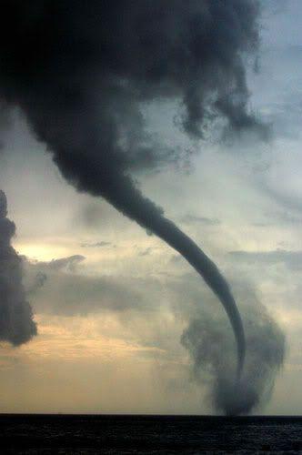 [F]発達したトルネード。強力な風力のせいで風が可視化されてしまうほど。農業に影響を与えてしまうのがとても怖い。