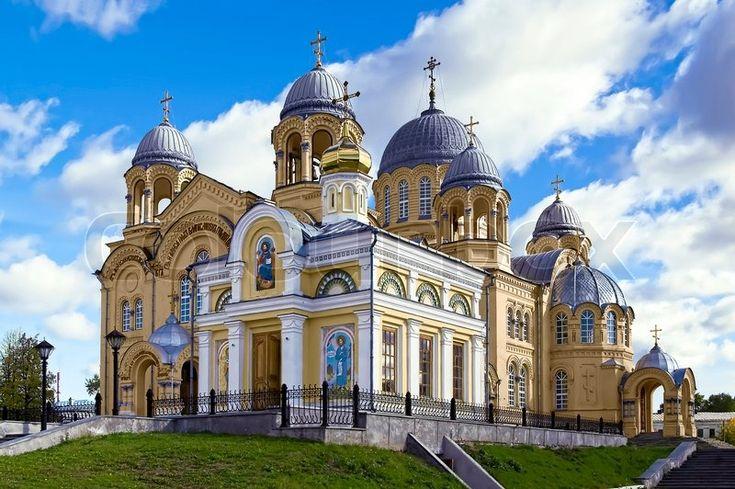 Stock Bild von 'Heilig-Kreuz- Kathedrale, mit grauem Zink Kuppel und die Kapelle…